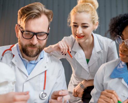 lekarze podczas szkolenie z medycyny estetycznej